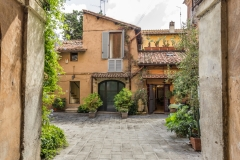 Trastevere-Courtyard-b